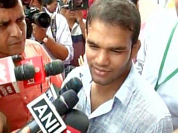पंतप्रधान नरेंद्र मोदी यांची भेट घेतल्यानंतर मिडियाशी बोलताना नरसिंग यादव... - Divya Marathi