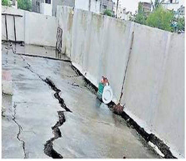 गावंडे ले-आऊटमधील अपार्टमेंटच्या संरक्षण भिंतीला गेलेले तडे. - Divya Marathi
