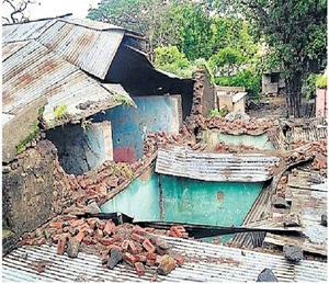 पावसामुळे ग्राम पंचायतीच्या मालकीची कोसळलेली इमारत. - Divya Marathi
