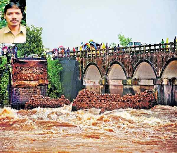 महाबळेश्वर परिसरात झालेल्या मुसळधार पावसामुळे सावित्री नदीला पूर, प्रलयाने जुना पूल काेसळला. इन्सेटमध्ये बसचालक संजय केदार - Divya Marathi