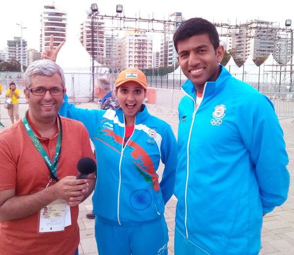 टीम ऑफिशियल्ससमवेत सानिया मिर्झा आणि रोहन बोपण्णा... - Divya Marathi