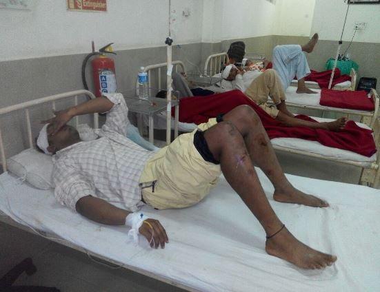 दरड कोसळल्यानंतर बहुतेक भाविकांच्या डोक्याला जखमा झाल्या आहेत. - Divya Marathi