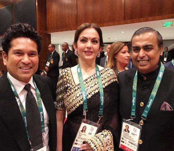 रिओत ओपनिंग सेरेमनीच्या आधी सचिन तेंडुलकर, नीता अंबानी (मध्यभागी) आणि मुकेश अंबानी (उजवीकडे) - Divya Marathi