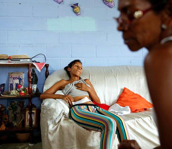 व्हेनेझुएलामध्ये तरूण महिला करत आहेत नसबंदी ऑपरेशन. - Divya Marathi