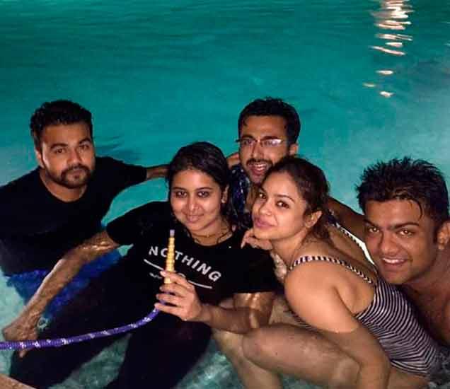 अशा अंदाजात फ्रेंड्ससोबत वेळ घालवते सुमोना - Divya Marathi