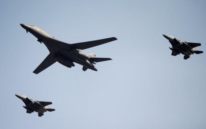 अमेरिकन B-1B बॉम्बर्सने दक्षिण कोरियाच्या  ओसान एयर बेसवरुन आकाशात झेप घेतली. - Divya Marathi