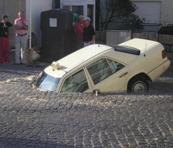 ही कार जमिनीत घुसलीच कशी याचा अंदाज बांधणेही कठिण आहे. - Divya Marathi