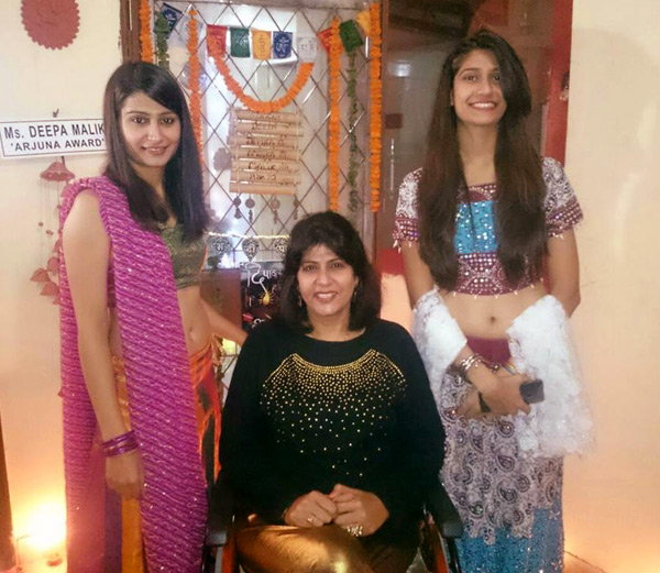 मेडल विजेती दीपा मलिक आपल्या दोन्ही मुलींसमवेत... - Divya Marathi