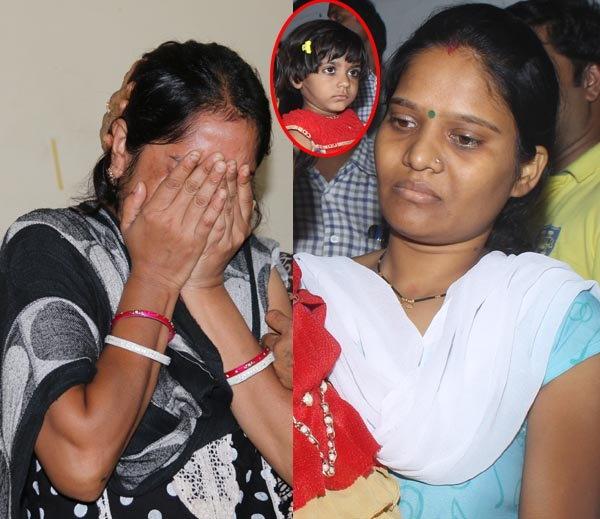 पहिली पत्नी मधू (डावीकडे) आणि दुसरी पत्नी मंजू (उजवीकडे). इन्सेटमध्ये मुलगी लाडो. - Divya Marathi