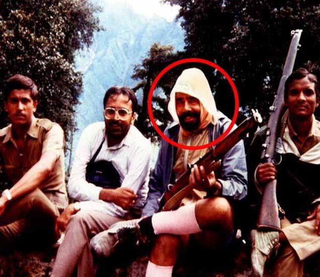 काश्मीरमध्ये आरएसएस कार्यकर्त्याच्या रुपात सहकाऱ्यांसह नरेंद्र मोदी. - Divya Marathi