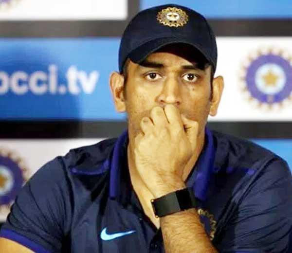 कर्णधार महेंद्रसिंग धोनी... - Divya Marathi
