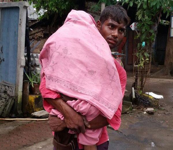 किशोरवयीन पुतण्याचा मृतेदह खांद्यावर घेऊन निघालेला त्याचा काका. - Divya Marathi