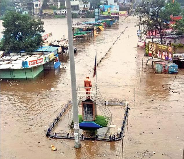 शहराला रविवारी बिंदुसरा नदीच्या पुराचा तडाखा बसला. बाजारतळ पाण्यात गेल्याने महापुरात यशवंत उद्यानाच्या भिंती, ५० टपऱ्या, सहा दुकाने, भंगार दुकाने वाहून गेली. - Divya Marathi