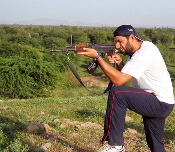एके- 47 सह क्रिकेटर शाहिद आफ्रिदी... - Divya Marathi