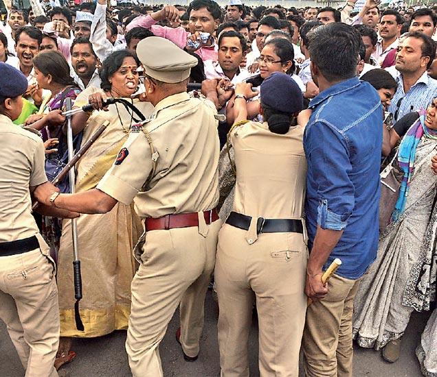 पुढे जाण्याचा प्रयत्न करणाऱ्या शिक्षक आंदोलकांना थोपवताना पोलिस. - Divya Marathi
