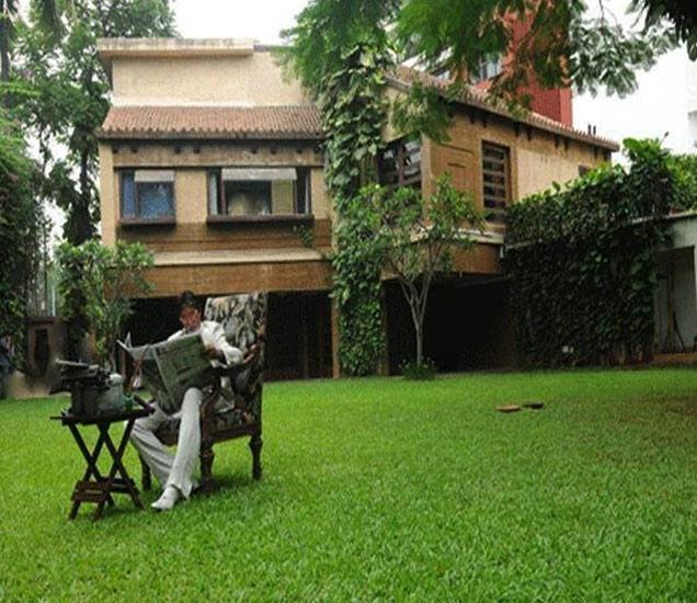 फाइल फोटो: 'प्रतीक्षा' घराच्या गार्डनमध्ये वर्तमानपत्र वाचताना बिग बी - Divya Marathi