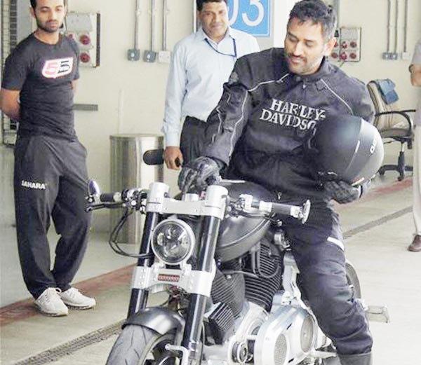 आपल्या सुपर बाईकसह महेंद्रसिंग धोनी - Divya Marathi