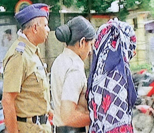 पीडितेला वैद्यकीय तपासणीसाठी घेऊन जाताना पोलिस - Divya Marathi