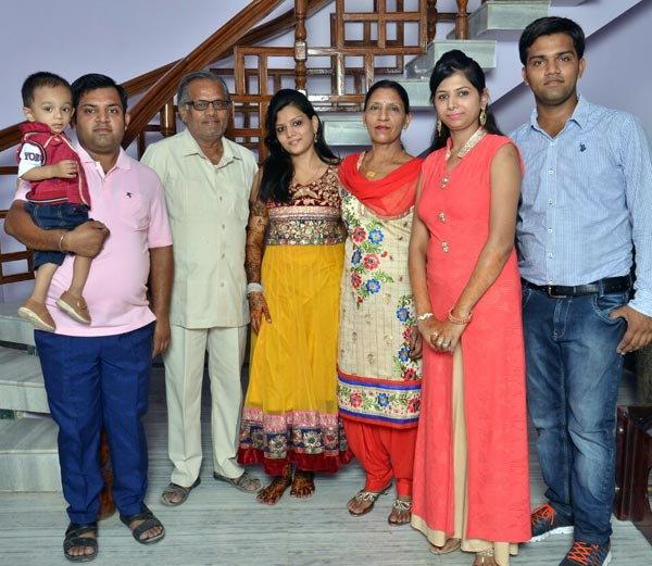 मुलीच्या लग्नात पवन गोयल यांच्या कुटुंबाचा एका फोटो. - Divya Marathi