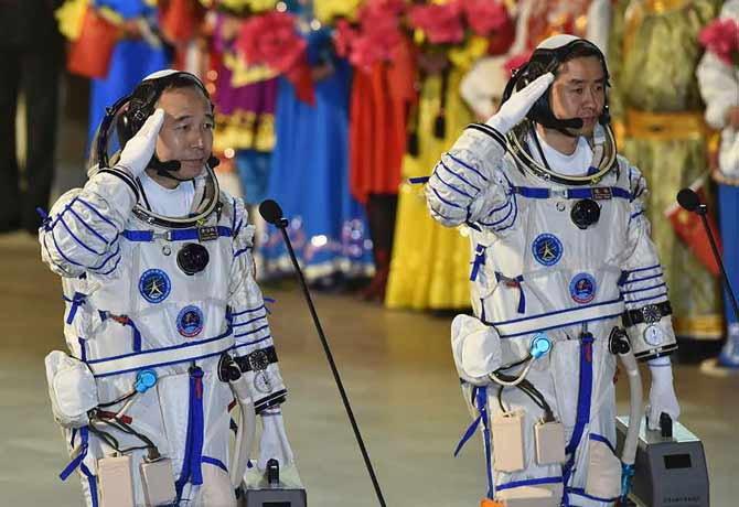 जिंग हे पेंग (50), चेन डाँग (37) हे दोघे अंतराळवीर या मोहिमेतंर्गत 30 दिवस अवकाशात राहतील. - Divya Marathi