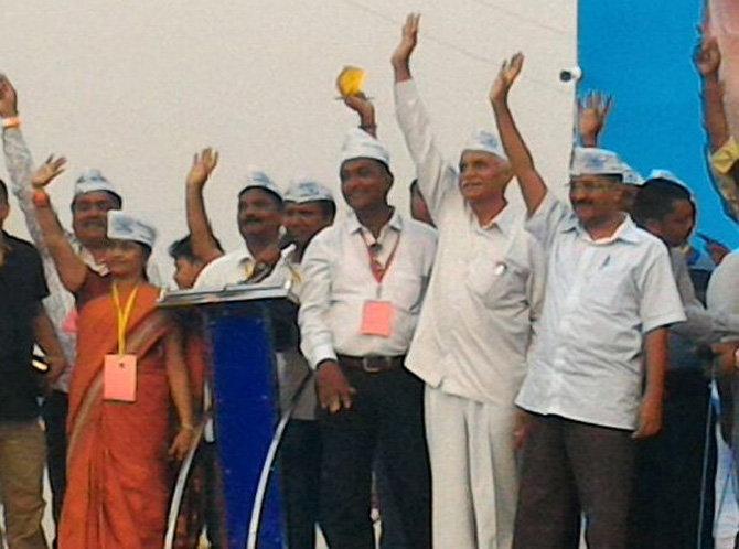 गुजरातमधील सभेत उपस्थितांना अभिवादन करतांना केजीरवाल. - Divya Marathi