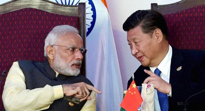 ब्रिक्स परिषदेत नरेंद्र मोदी आणि चिनी राष्ट्रपती शी जिनपिंग. - Divya Marathi