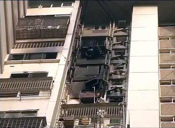 आग लागलेल्या मजल्यावरील घरांचा कोळसा झाला. - Divya Marathi
