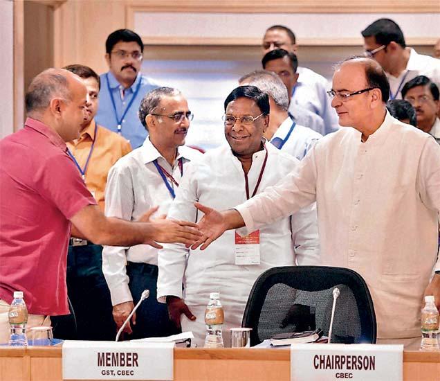 वस्तू आणि सेवा कर (जीएसटी) परिषदेची तीनदिवसीय बैठक सुरू झाली. बैठकीत केंद्रीय अर्थमंत्री अरुण जेटली आणि दिल्लीचे अर्थमंत्री मनीष शिसोदिया यांनी असे हस्तांदोलन केले. - Divya Marathi