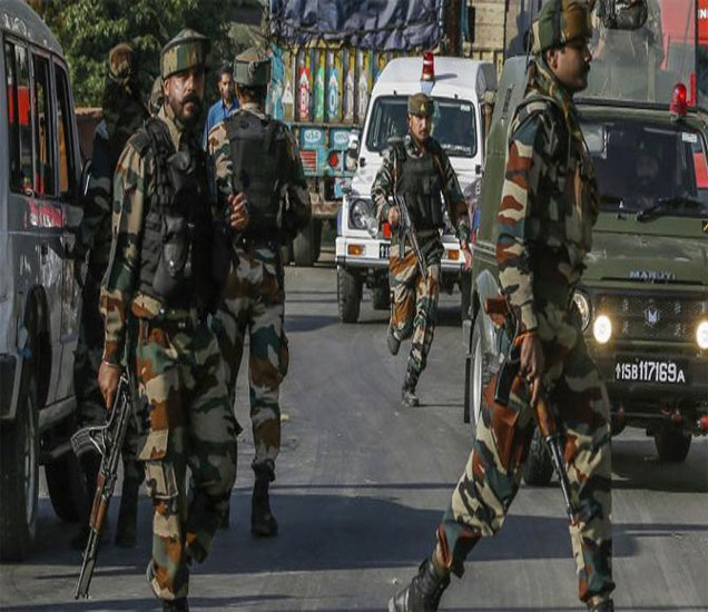12 तासांच्या कारवाईत 700 घरांची झडती घेऊन 44 संशयितांना अटक केली. - Divya Marathi