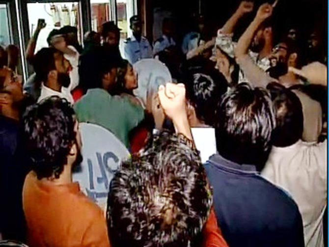 बुधवारी दुपरापासून विद्यार्थ्यांनी प्रशासकीय इमारतीला घेराव घालून कुलगुरुंसह अनेक अधिकारी कर्मचाऱ्यांना बंदिस्त करुन ठेवले आहे. - Divya Marathi