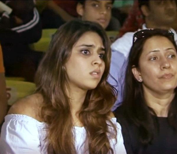 भारत आणि न्यूझीलंड यांच्यात दिल्लीत झालेल्या दुस-या वनडे मॅचदरम्यान क्रिकेटर रोहित शर्माची पत्नी रितिका सजदेह खूपच टेन्शनमध्ये दिसली. - Divya Marathi