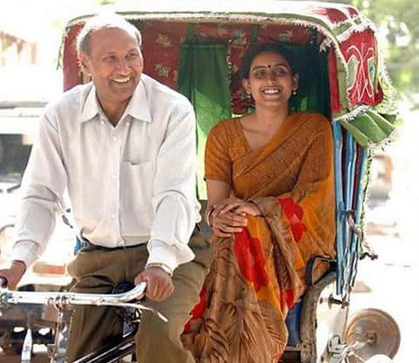 प्राध्यापक मटुकनाथ आणि त्यांची ३० वर्षे लहान प्रेयसी जूली. - Divya Marathi
