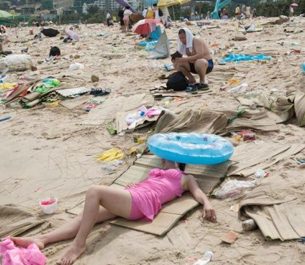 चीनमध्ये स्वच्छतेची परिस्थिती अशी आहे. जिकडे तिकडे कचराच कचरा दिसत आहे. - Divya Marathi