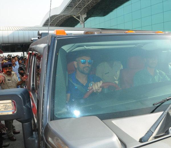 महेंद्र सिंग धोनी एयरपोर्ट पोहचताच स्वत:ची हमर गाडी ड्राईव्ह करत आपल्या घरी पोहचला. - Divya Marathi