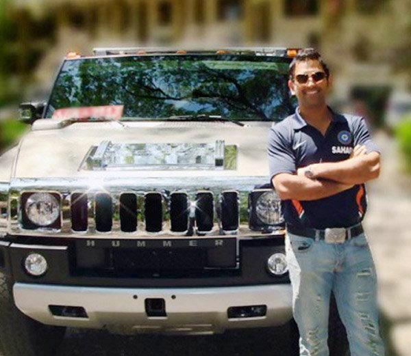 आपली हमर H-2 कारसोबत महेंद्रसिंग धोनी. - Divya Marathi