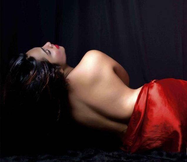 बॅक एक्सपोज करताना भोपाळमधील मॉडेल-अभिनेत्री अर्शी खान. - Divya Marathi