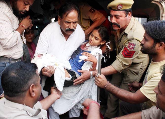 पाकिस्तानच्या फायरिंगमध्ये एक मुलगीही जखमी झाली आहे. - Divya Marathi