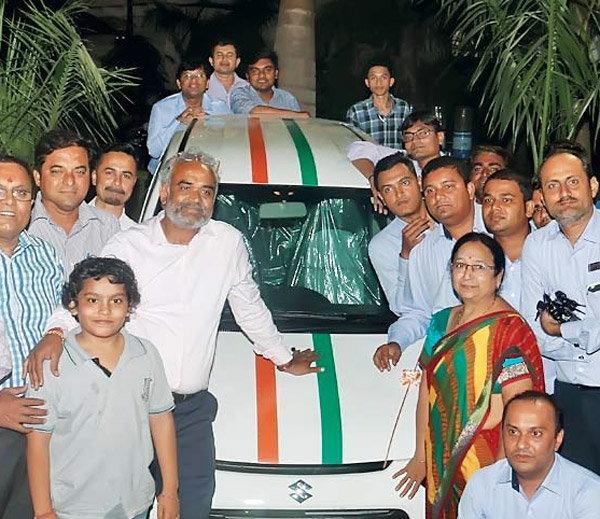 सावजीभाई १६६० कर्मचाऱ्यांना कार आणि घर भेट देणार आहेत. - Divya Marathi