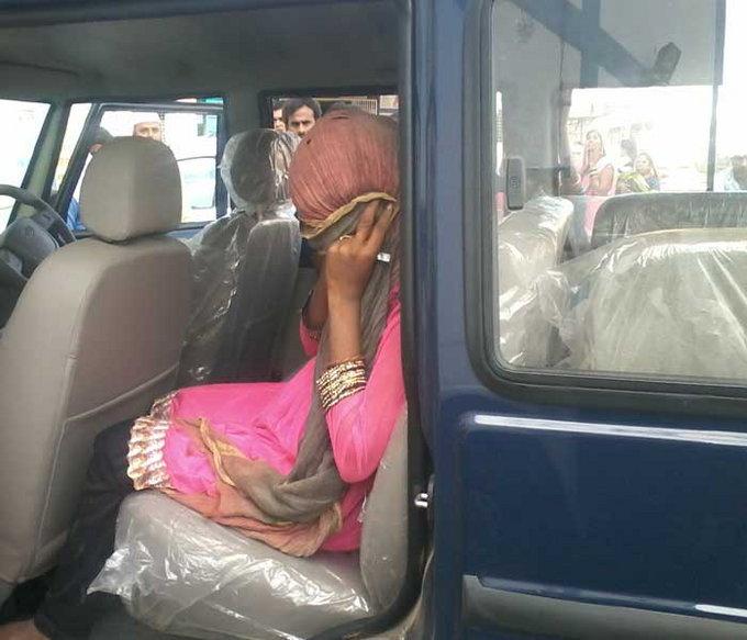 पीडित तरुणीला हॉस्पिटलमध्ये घेऊन जाताना पोलिस. - Divya Marathi