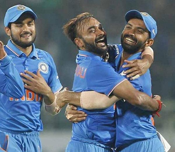 अमित मिश्राने 16 व्या ओव्हरमध्ये रॉस टेलरला (19) आणि वॉटलिंगला (0) बाद केले. मिश्राने या सामन्यात पाच गडी बाद केले. - Divya Marathi