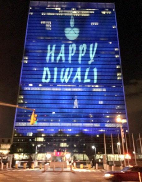 यूएन बिल्डिंगवर दिवाळीचा शुभेच्छा संदेश असा देण्यात आला आहे. - Divya Marathi