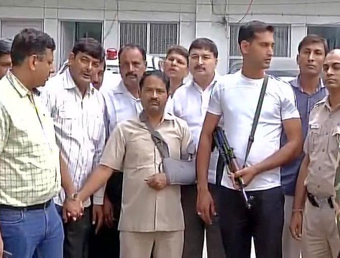 दिल्ली पोलिसांच्या ताब्यात फरहत. - Divya Marathi