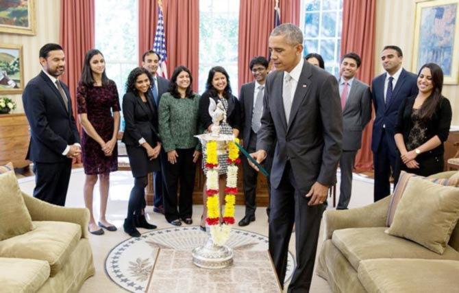 'अंधार कापणारा प्रकाशोत्सव म्हणजे दिवाळी' असे ओबामा म्हणाले. - Divya Marathi