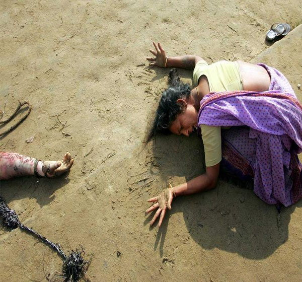 हा फोटो स्तुनामीच्या वेळी समुद्र किणाऱ्यावर टिपण्यात आला आहे. या फोटोत एक महिला कुटुंबातील सदस्याचा मृतदेह पाहून आक्रोश करताना दिसत आहे. - Divya Marathi