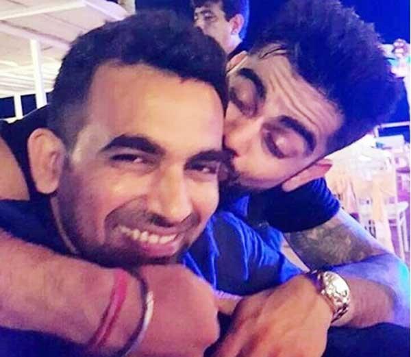 कॉकटेल पार्टीत झहीर खानला किस करताना विराट कोहली... - Divya Marathi