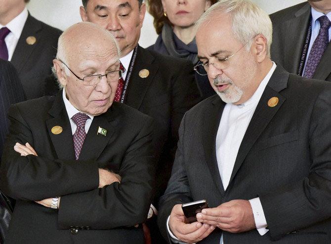 हार्ट ऑफ आशिया परिषदेत इराणचे परराष्ट्र मंत्री जावेद जारिफ यांच्यासोबत उजवीकडून पाक पंतप्रधानांचे परराष्ट्रविषयक सल्लागार सरताज अजीज. - Divya Marathi
