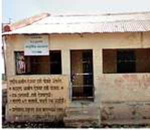 बावनबीर येथील आयुर्वेद दवाखान्याला लावण्यात आलेले कुलूप. - Divya Marathi