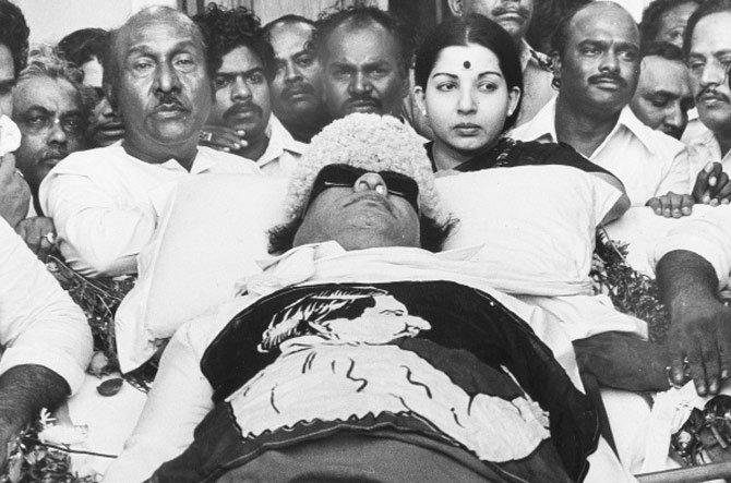 जयललिता यांना राजकारणात आणणारे करिश्माई नेते एमजीआर यांचे निधन डिसेंबर 1987 मध्ये झाले होते. तेव्हा त्यांच्या पत्नीने जयांना त्यांच्या पार्थिवाशेजारी उभे राहाण्यास मनाई केली होती. - Divya Marathi