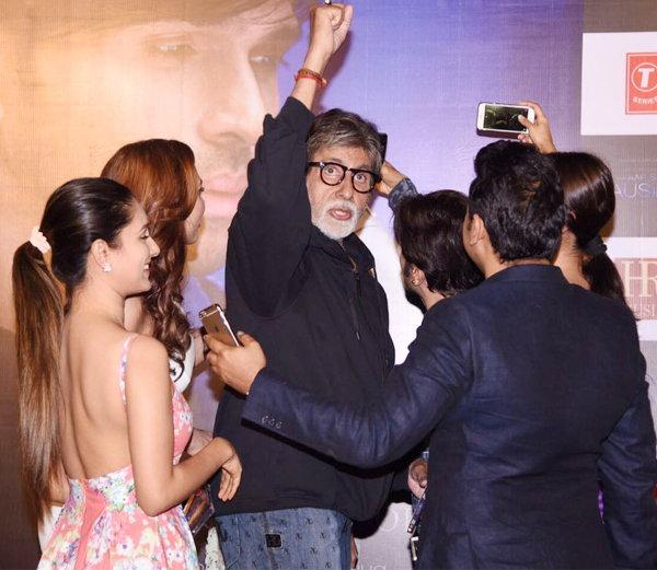 अमिताभ बच्चन यांच्यासह पुजा बॅनर्जी, युलिया वुंटूर, हिमेश रेशमिया आणि इतर. - Divya Marathi