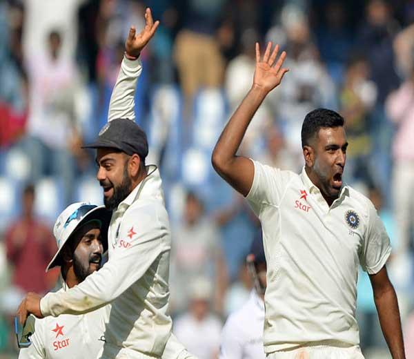 सलामीवीर किटन जेनिंग्स आणि मोईन अलीला एकाच षटकात बाद केल्यानंतर अश्विन-विराटने असा आनंद व्यक्त केला. - Divya Marathi